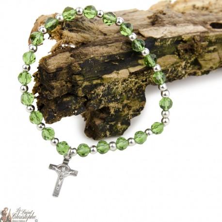 Bracelet perles naturelles Croix Saint-Benoît