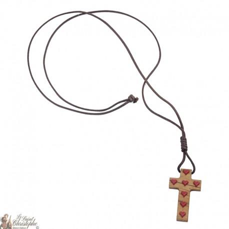 Collier Cordon et croix en bois avec coeurs rouges